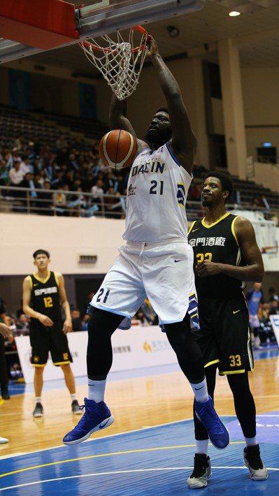 達欣隊洋將麥克連繳出23分、11籃板「雙十」成績。圖/中華籃球協會提供