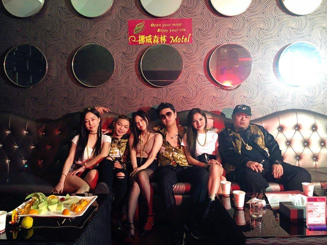 東區不倒翁新歌「咿咿啊喔喔」MV。圖/尬音樂提供