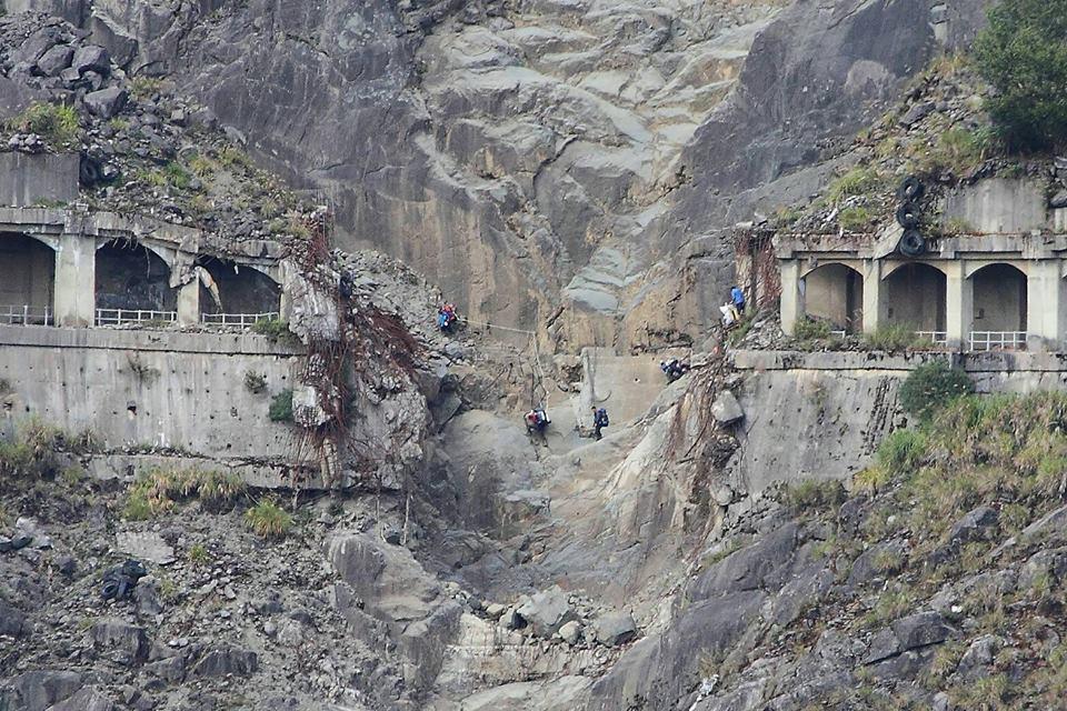 阿里山林鐵眠月線有段非常危險的崩塌隧道,巡山員還得飛岩走壁經過到深山巡邏。圖/嘉...