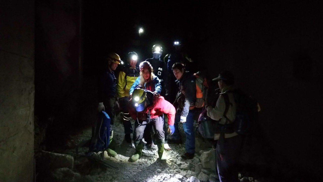 救援人員在眠月線背著受傷女子下山。記者謝恩得/翻攝