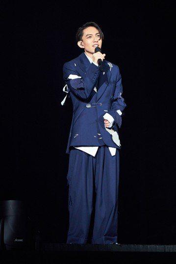 林宥嘉30日展開第2場「idol」演唱會,昨晚說體重來到人生新低,今揭曉數字為57公斤,親任總監的他壓力破表,表示:「很高興給大家很多以前沒看過的東西,但是因為太過投入,所以沒什麼時間陪家人,很過意...