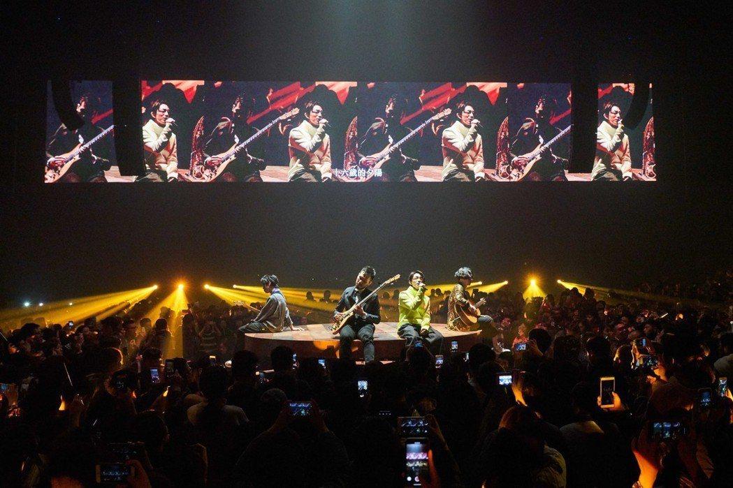 林宥嘉(右二)和吉他手到特區的小舞台演出。圖/華研提供