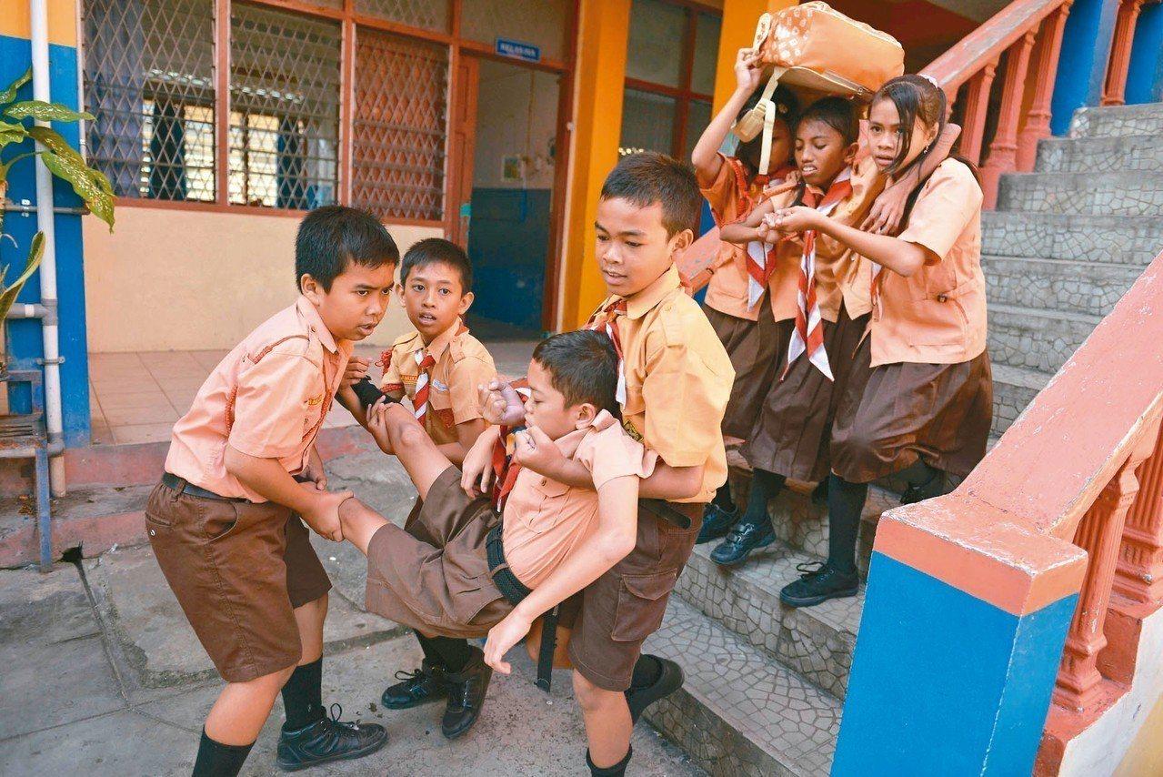 印尼小學生參加防範地震與海嘯演習。 法新社