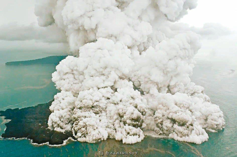 印尼喀拉喀托之子火山噴發,蕈狀火山灰遮蔽天空。 路透
