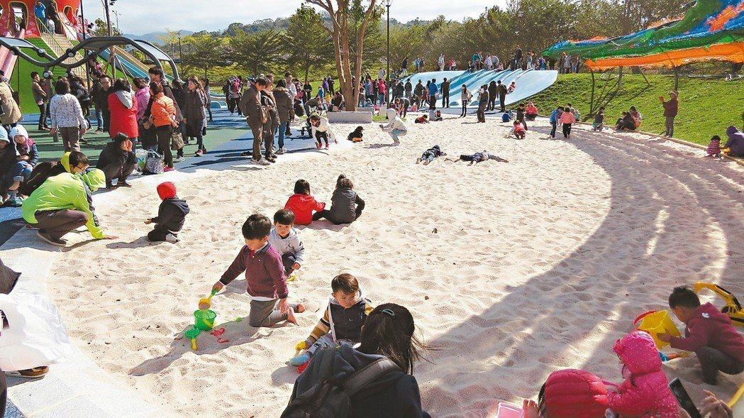 苗栗縣議會後方的貓裏喵親子公園大型沙坑受歡迎,人氣強強滾。 記者范榮達/攝影