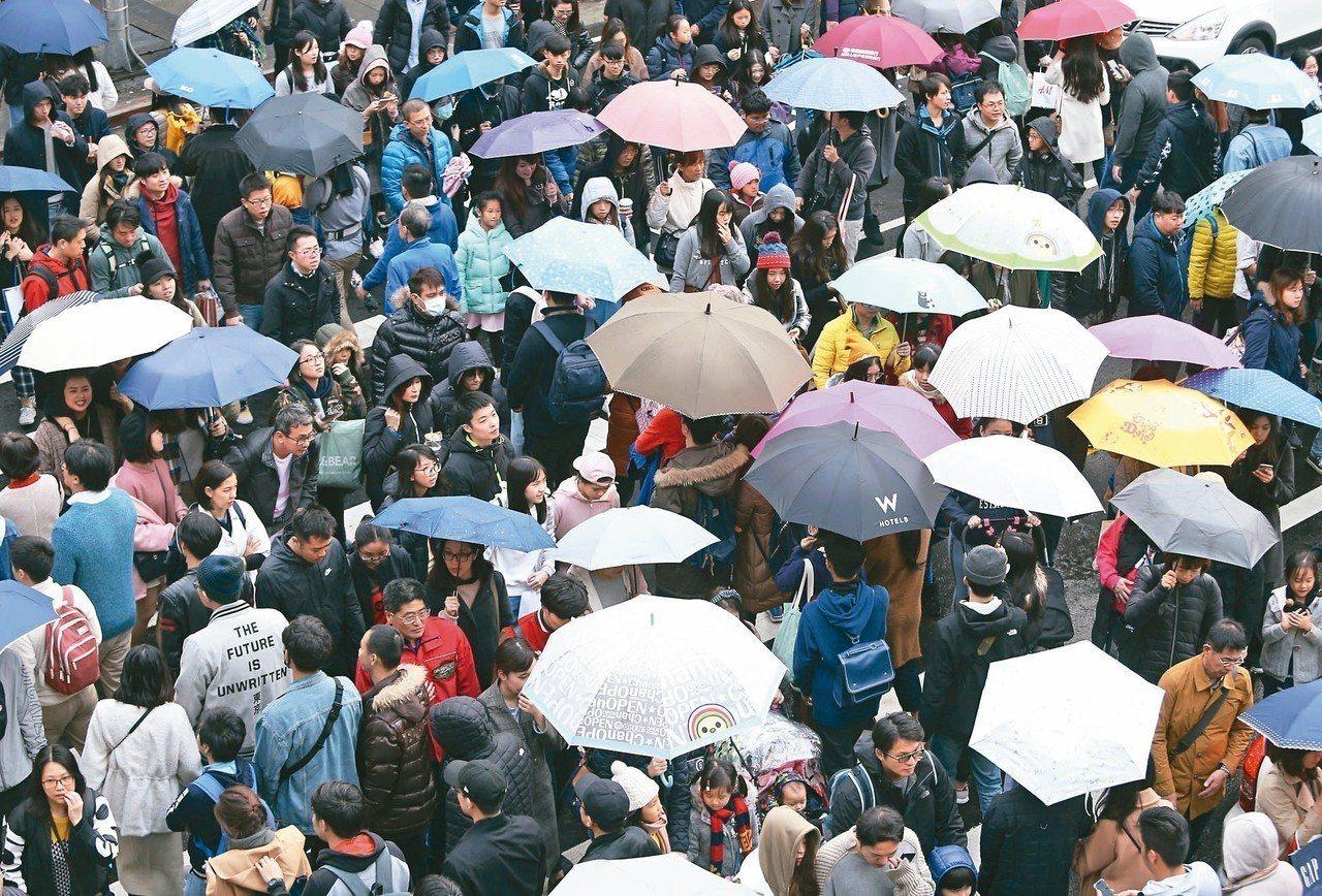氣象局預估全台今夜跨年可能有雨,但迎新年氣氛濃,昨天北市信義商圈人潮洶湧。 記者...