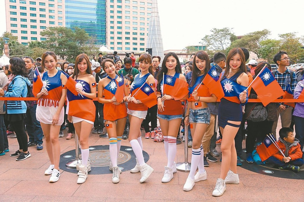 新北市民廣場往年都有吸睛的國旗女孩。 圖/聯合報系資料照片