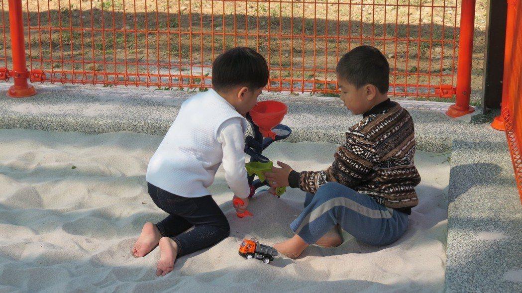 苗栗市公所新完成的兒童公園沙坑,小孩玩得專注。 記者范榮達/攝影
