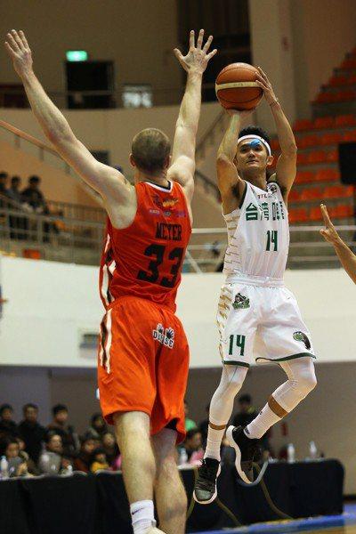台啤蔣淯安(右)決勝節獨拿18分。圖/中華籃球協會提供