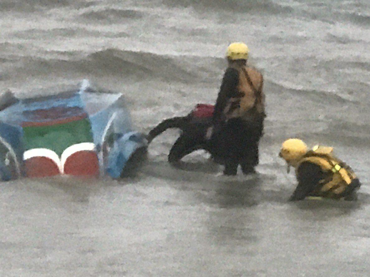 北海岸新北市石門區麟山鼻漁港下午傳出舢舨翻覆,船上兩人失蹤,還在搜巡。圖/新北消...