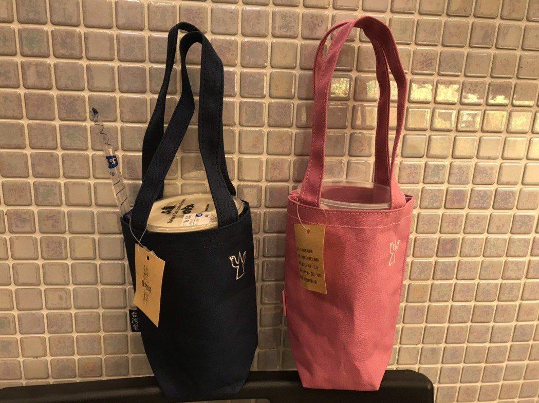 嘉義市政府108年元旦升旗典禮,送給市民的紀念小物是具保溫效果的飲料提帶,現場1...