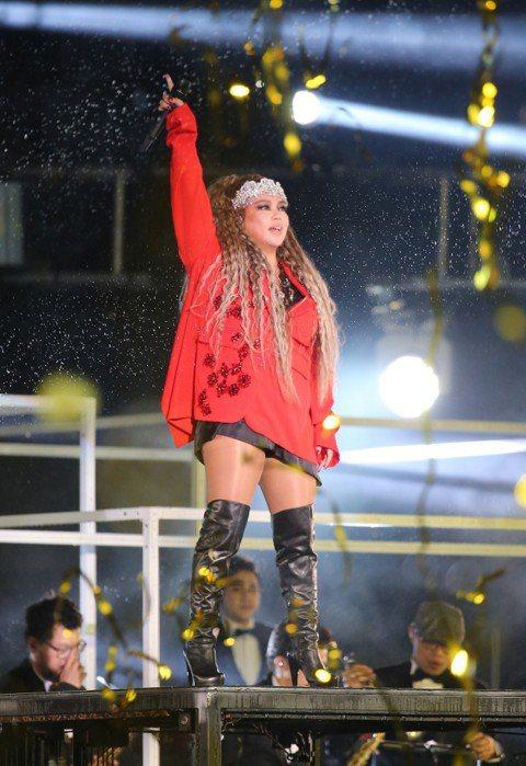 張惠妹(阿妹)今唱北市府跨年壓軸,她一身大紅色西裝、戴著閃亮后冠登台,氣勢驚人,她感性說「雖然今天下雨,但不管天氣怎麼樣,我就是想跟你們一起跨年」,現場觀眾情緒立刻沸騰,她也透露自己對北市府跨年最有...