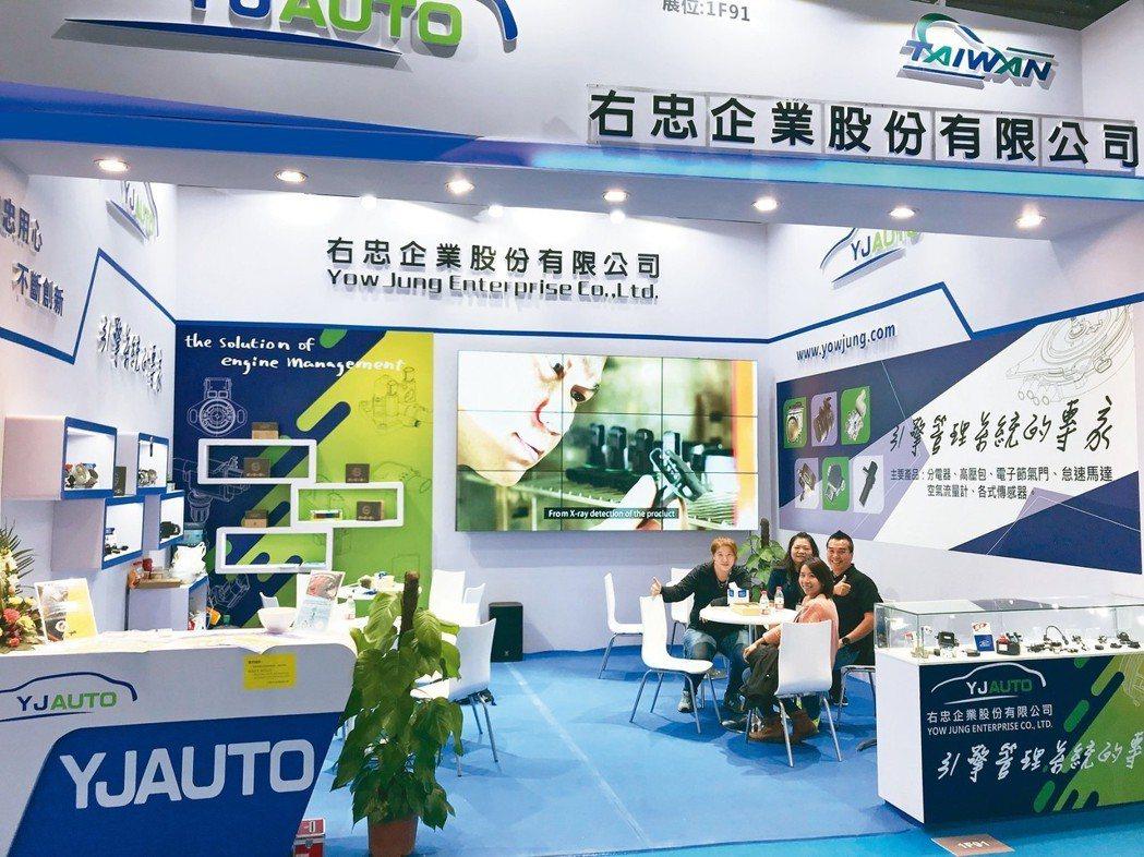 右忠企業經理李玫芳(左二)在上海法蘭克福汽配展向買家介紹產品。 蔡耀章/攝影
