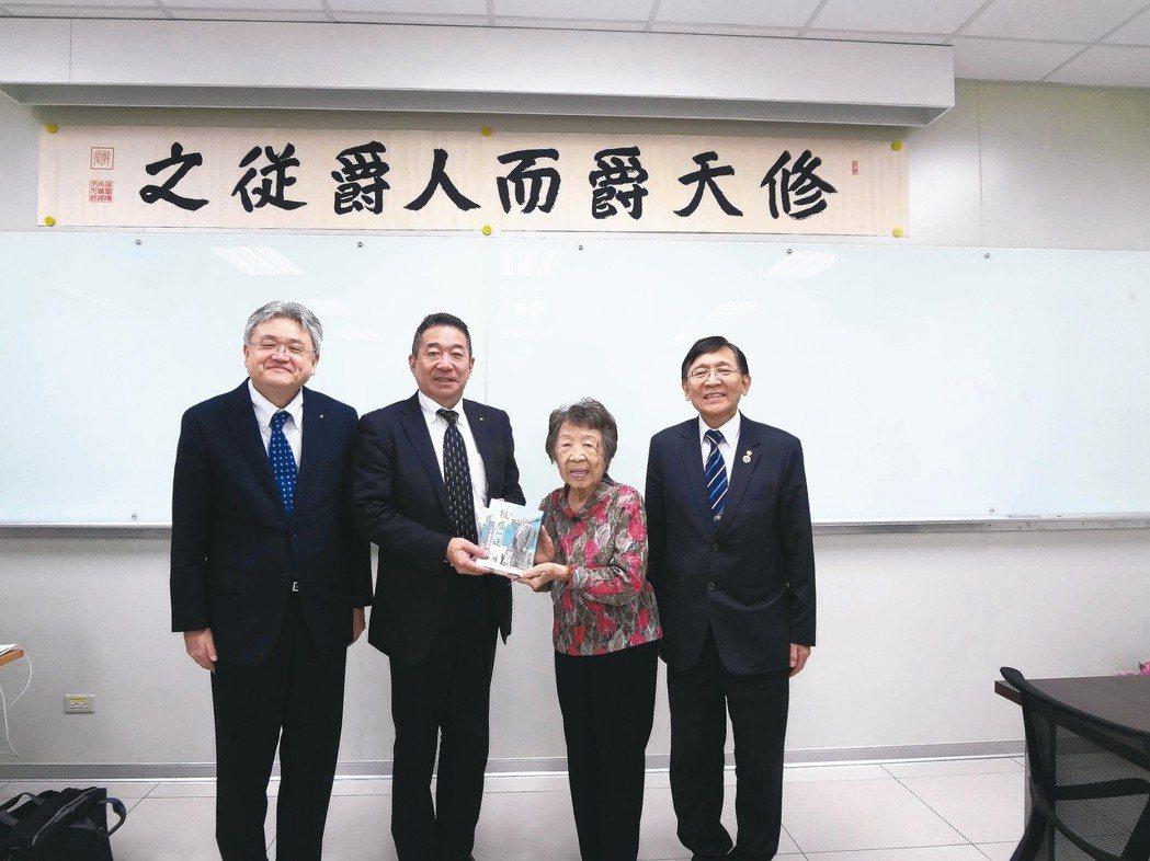 中國砂輪副董事長白文亮(右起)與母親贈送創辦人白永傳自傳「報恩一途」給講師林章浩...