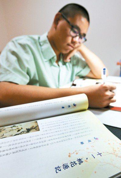 奇異果版國文課本,希望落實美感教育,傳統國文課本單調畫像,被台灣本土知名繪師精美...