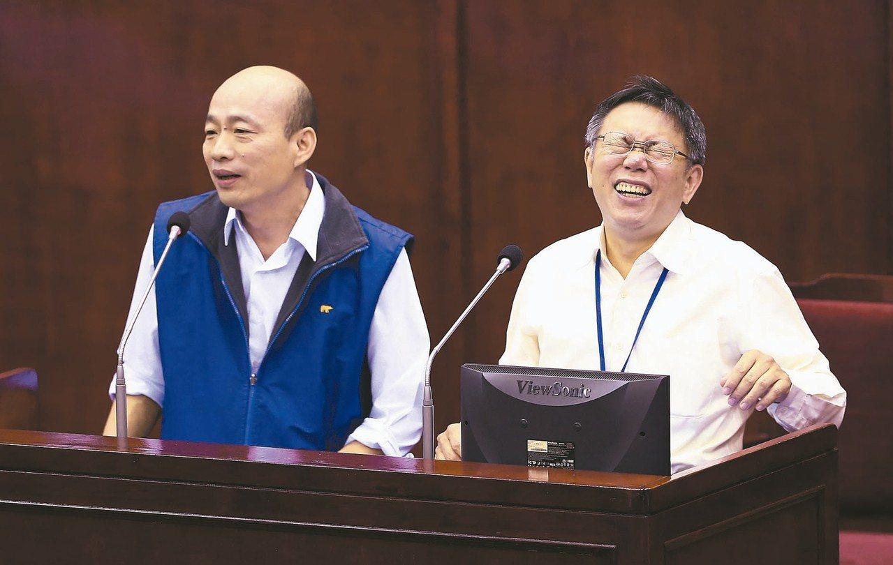 圖為2016年韓國瑜(左)以北農總經理身分接受議員王世堅質詢,詼諧對答讓市長柯文...