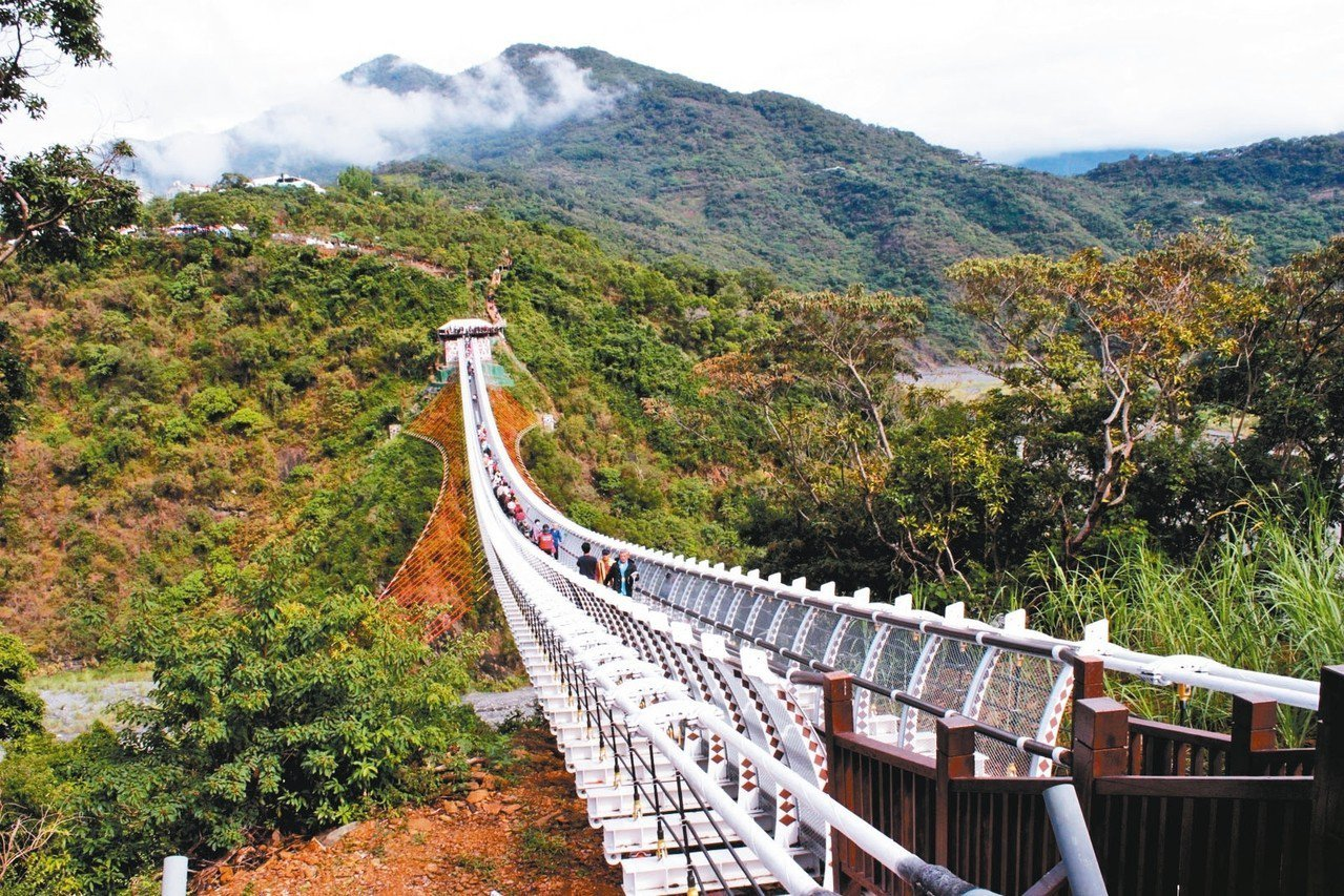 山川琉璃吊橋猶如掛在山巒之間的空中步道。 圖/聯合報系資料照片