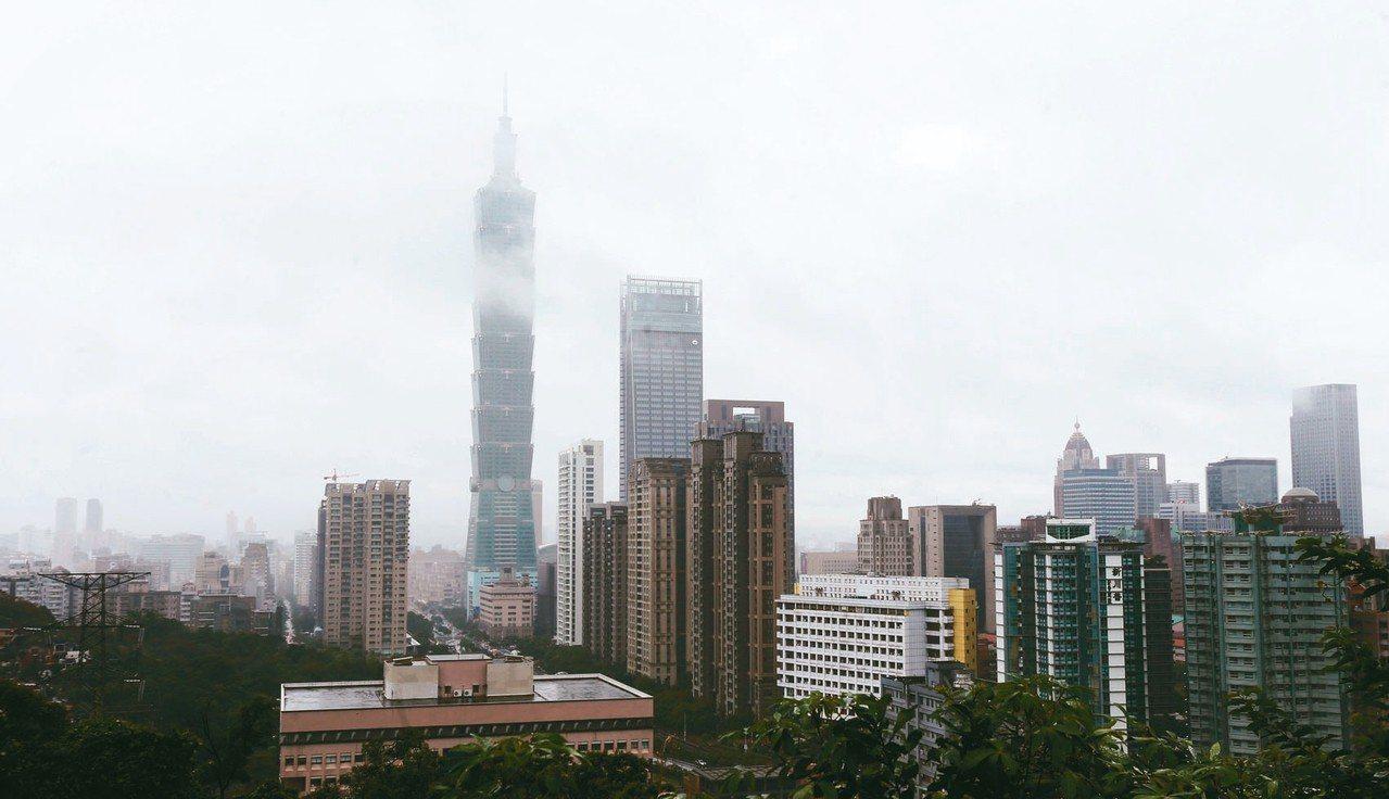 上午的101大樓不時被濃霧覆蓋,恐影響煙火能見度。 記者侯永全/攝影