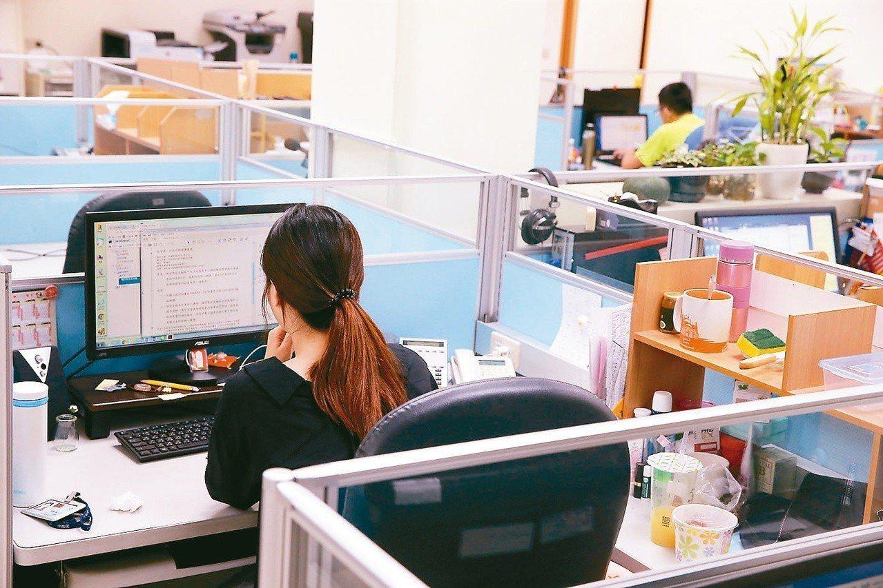 網友在國發會公共政策網路平台提案,要求公務員加班費比照勞工。圖/聯合報系資料照片