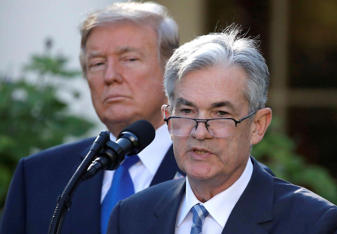 美國總統川普批評聯準會主席鮑爾(右)持續升息的政策謬誤。路透