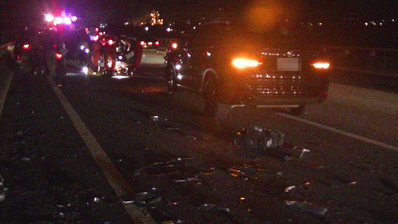 國道1號北上114公里頭份路段30日深夜發生車禍,疑因駕駛未保持安全車距發生追撞...