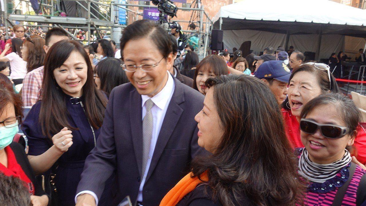行政院前院長張善政25日出席韓國瑜就職典禮,現場民眾爭相跟他拍照,也有民眾請他出...