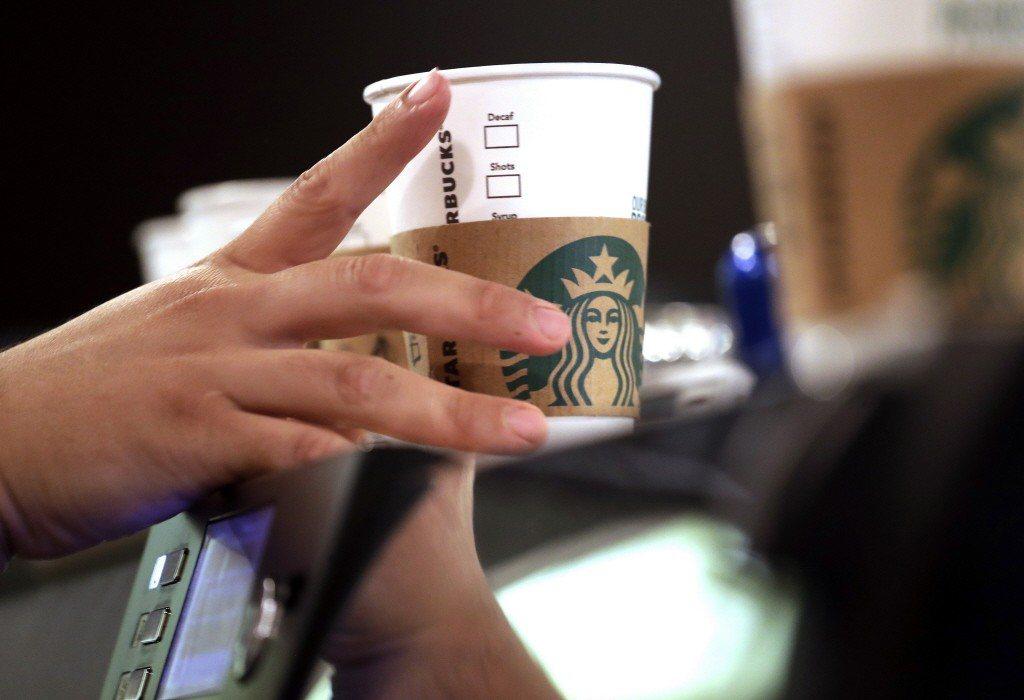 一名在咖啡廳工作的網在,因上班時帶了杯星巴克咖啡丟了工作。美聯社