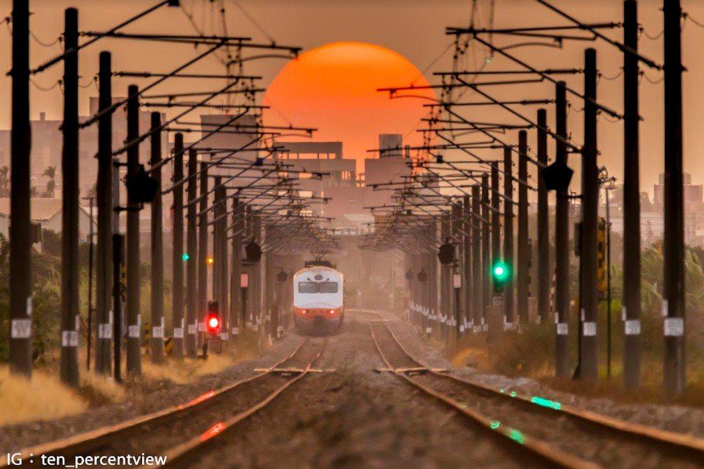 大學生李翊誠所拍攝的夕陽落入鐵軌照片,引來網友讚賞。 圖擷自李翊誠IG