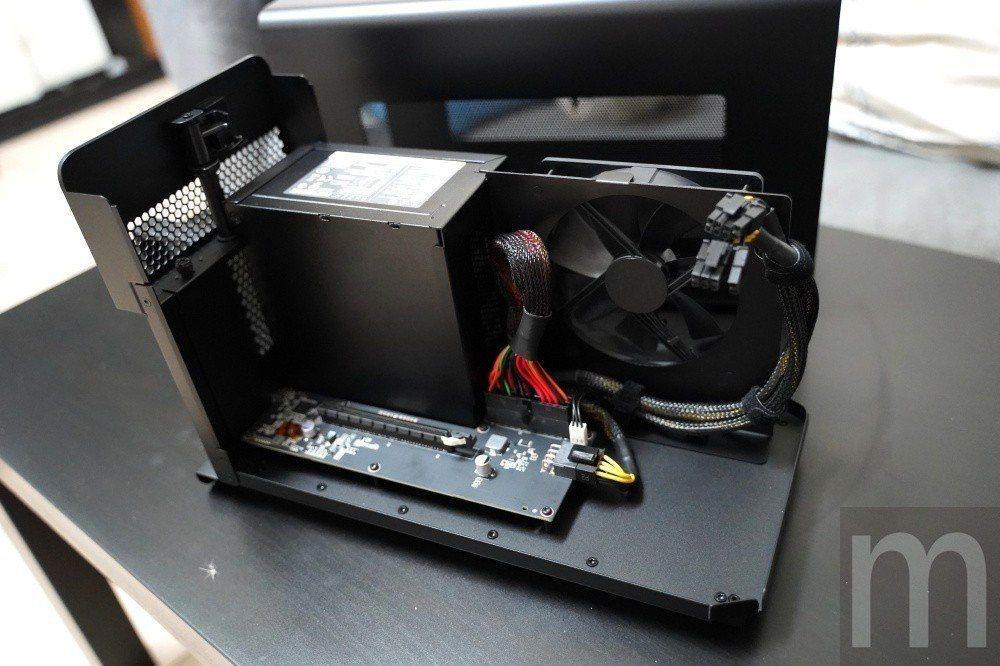 內部電子元件與散熱器、電源供應器