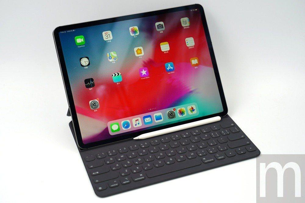 2018年款12.9吋iPad Pro,搭配新款鍵盤保護蓋立起使用模式