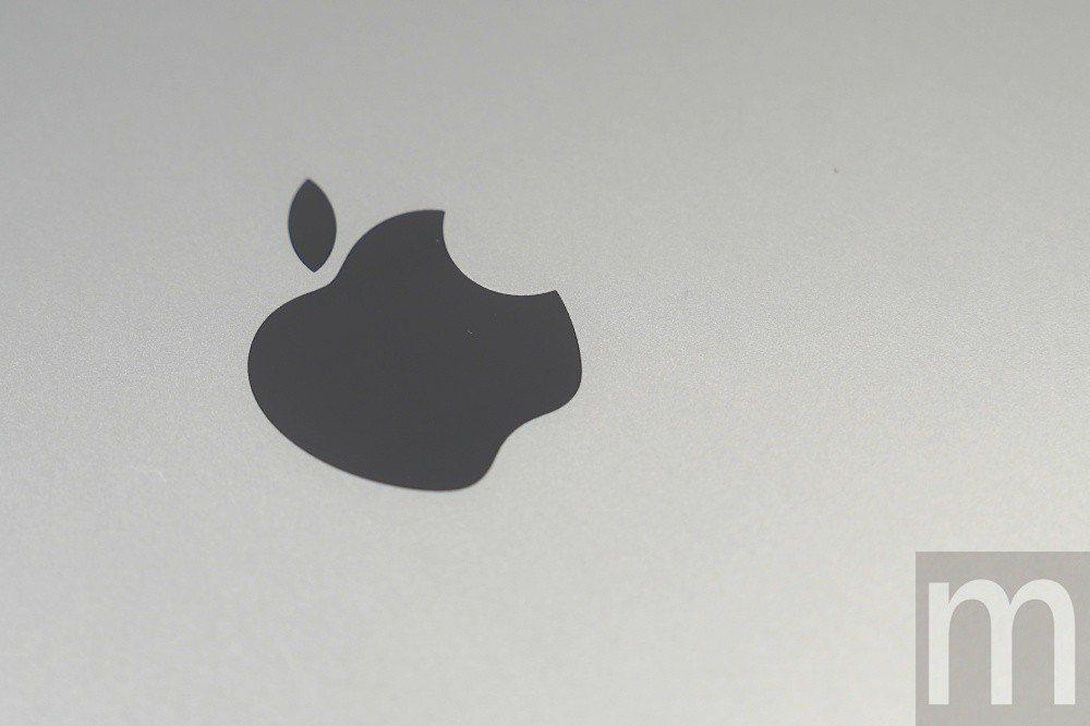 背面蘋果標誌同樣採不鏽鋼材質設計