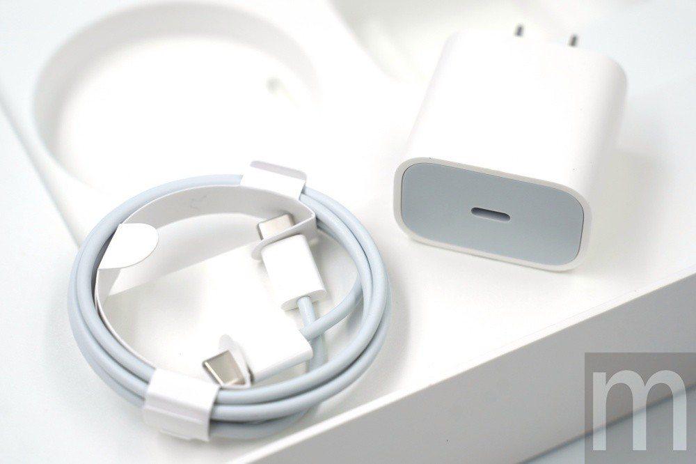 由於換上USB-C連接埠,因此內附連接線配件改為雙USB-C連接頭,並且提供更高...