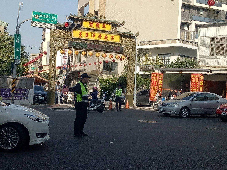 台南市中西區廟會多,警方在遶境路口交管,維持交通順暢。記者黃宣翰/翻攝