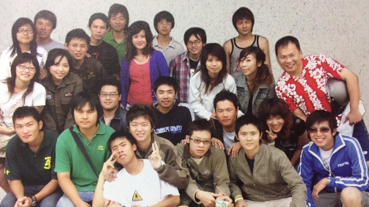民進黨立委參選人王義川(穿紅花襯衫者)當教授時期,與學生打成一片,還假扮「大學長...