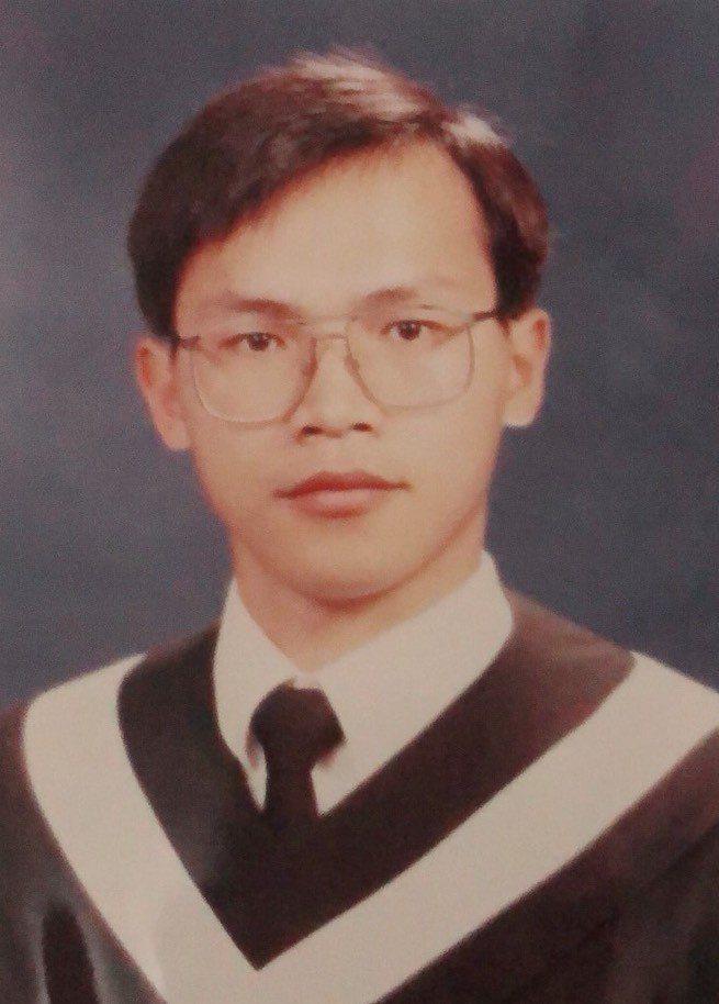 民進黨立委參選人王義川政治表演細胞活躍,他30年前學生時代的照片很斯文,與現在判...