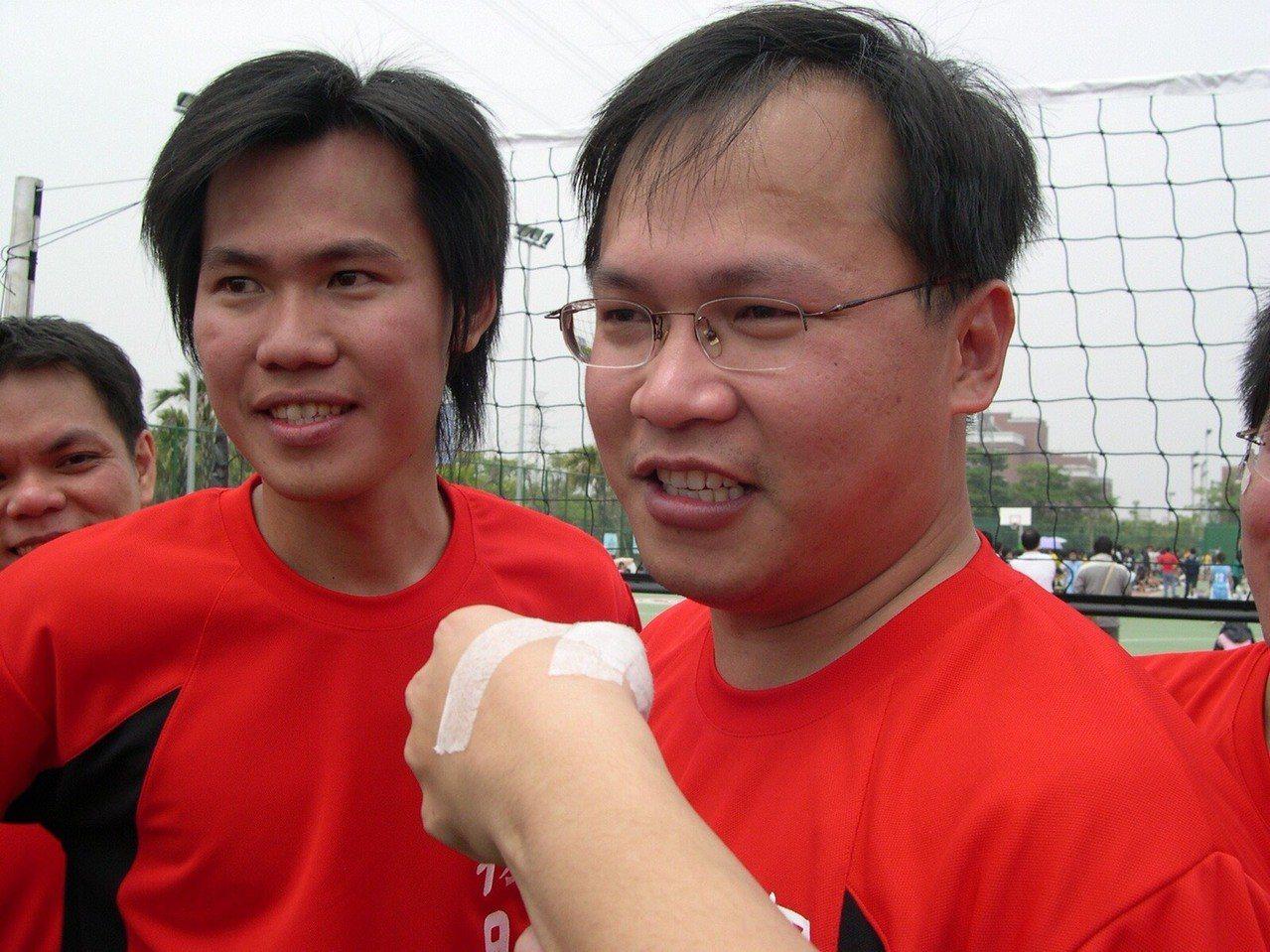 民進黨立委參選人王義川(右)當教授時期,與學生打成一片,還假扮「大學長」與學生一...