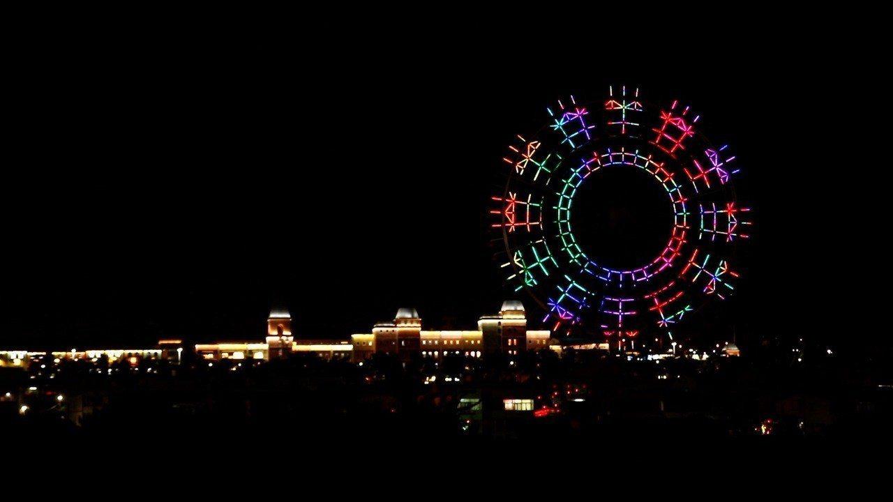 台中跨年晚會「后里現場」搭配摩天輪打造110秒燈光秀,融入繽紛花卉意象,成為取代...