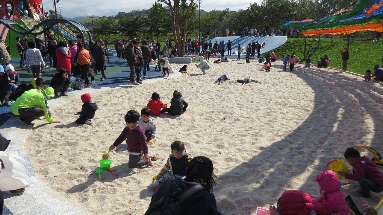 苗栗縣議會後方的貓裏喵親子公園大型沙坑受歡迎,人氣強強滾。記者范榮達/攝影