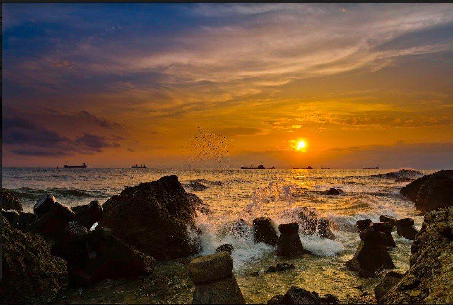 夕陽西下,紅霞滿天,西子灣夕陽是高雄八大美景之一。圖/高雄市觀光局提供