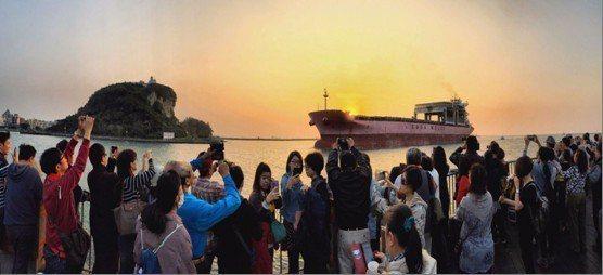 夕陽西下,紅霞滿天,西子灣夕陽是高雄八大美景之一,今天下午高雄市長韓國瑜到場和市...