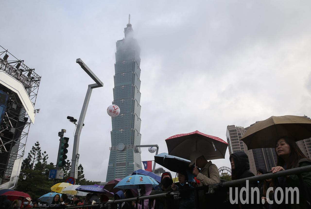 台北市跨年晚會今晚登場,但氣象局預估北台灣地區天氣可能又濕又冷。記者余承翰/攝影