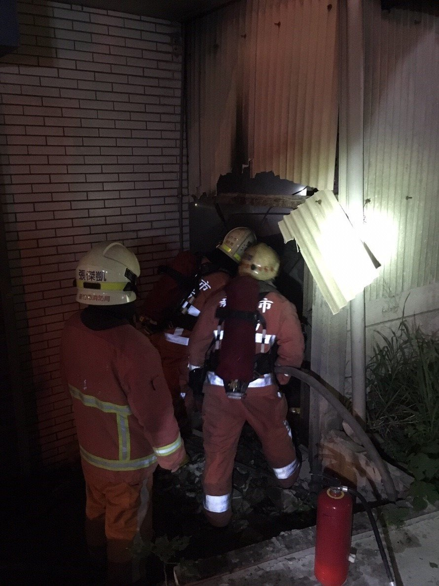 新竹市中華路一段巷弄,有2輛轎車在半夜起火燃燒,所幸無人受困,消防人員迅速撲滅火...