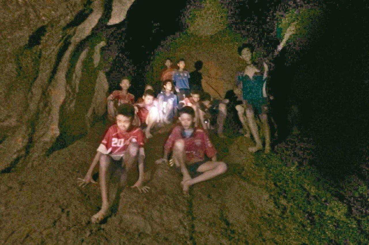 泰國海豹部隊和英國潛水搜救人員7月2日尋獲受困在泰國清萊府拷龍穴鐘乳石洞的12名...