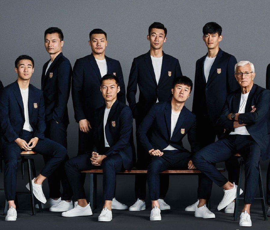 中國國家足球代表隊皆穿著Zegna的海軍藍 TECHMERINO WASH&GO...