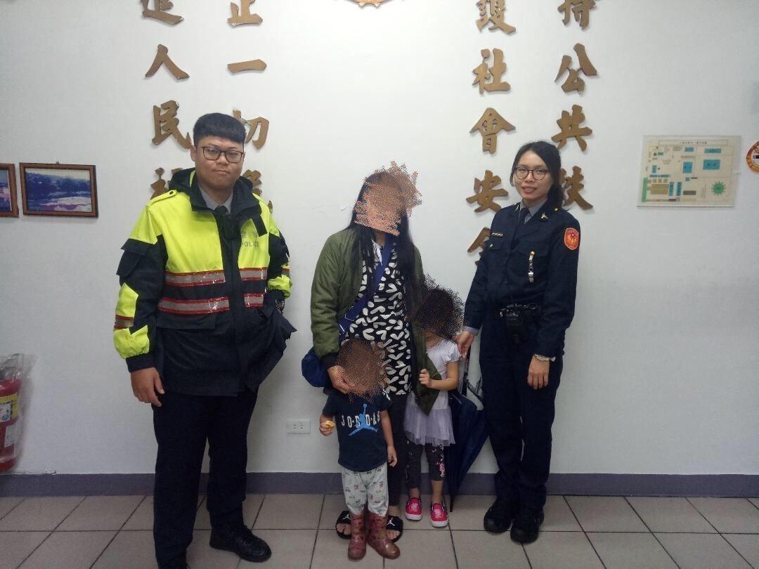 員警林政佑深怕孩童因天寒而感冒,一把抱起兩名孩童坐上警車,將其帶返派出所取暖,1...