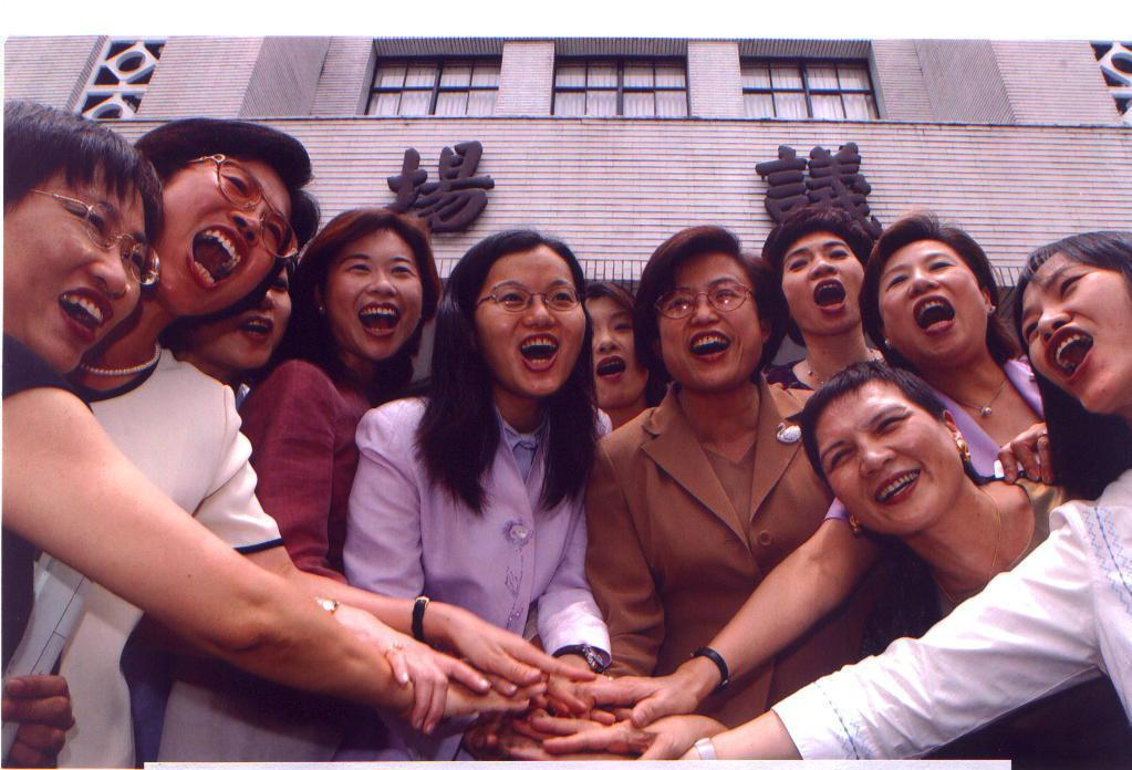 與年輕朋友一起喊加油,初當選立委的沈智慧。圖/沈智慧提供