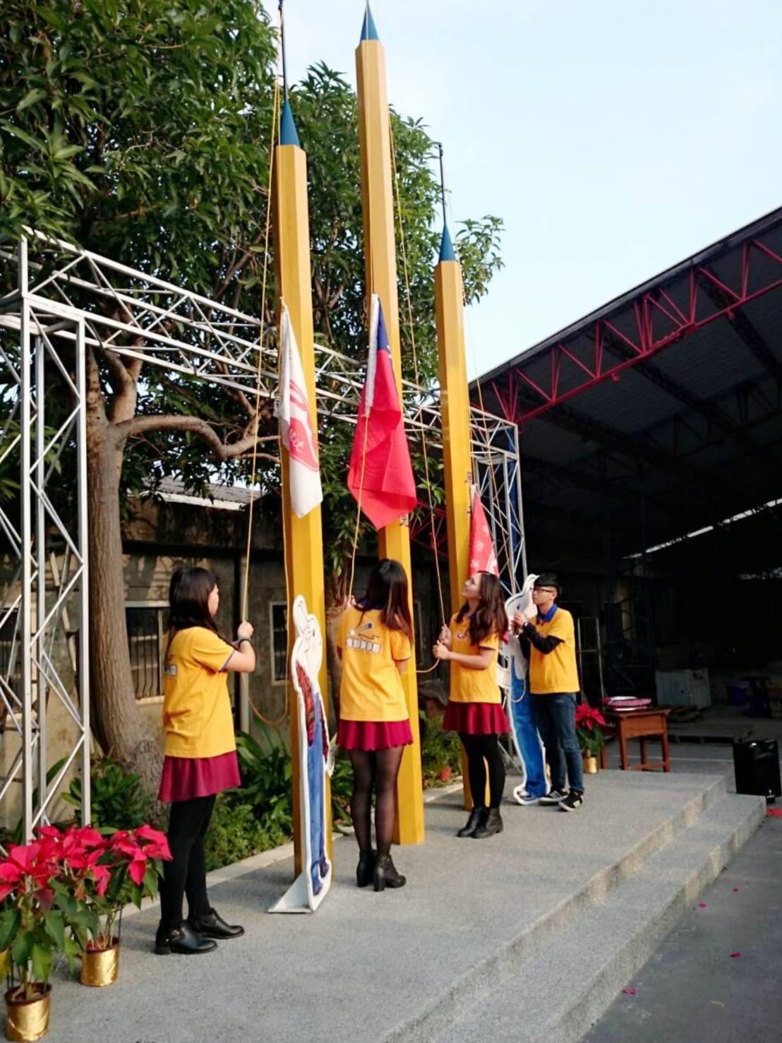 宜蘭玉兔鉛筆學校將在元旦舉行升旗典禮,鉛筆造型升旗竿與員工仿鉛筆色的制服,很特別...