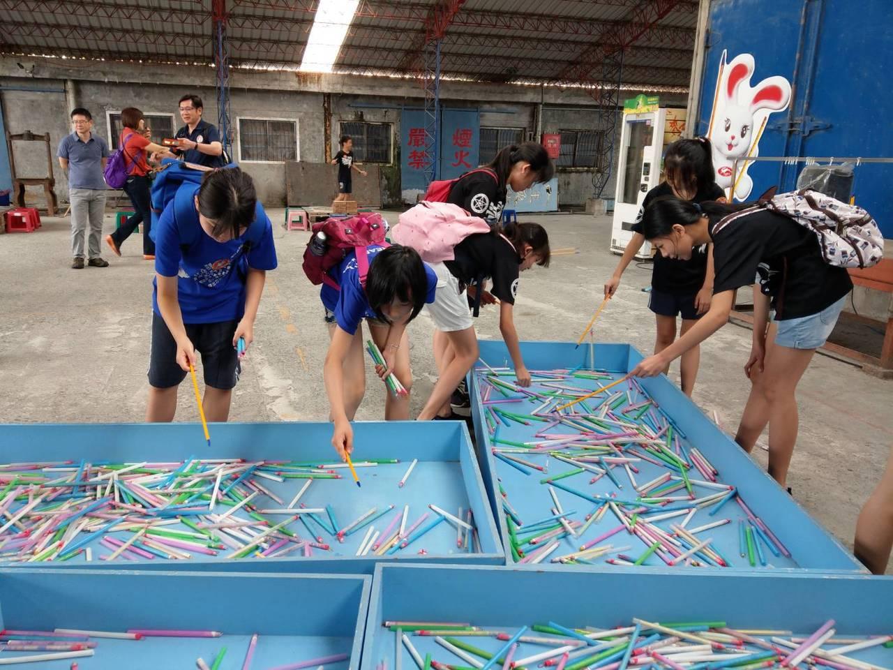 到玉兔鉛筆學校可以體驗釣鉛筆團康活動,必須事先電話預約。 記者戴永華/攝影