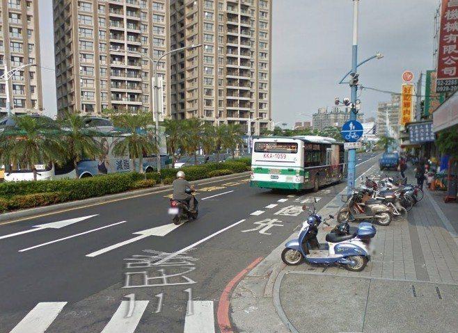 蘆洲區三民路規劃有機車優先車道,但是林婦的機車卻被公車和路邊違停車逼到無路可走。...