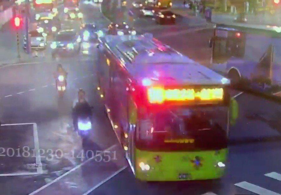 公車一通過十字路口便往右測切換車道靠站,機車第二度受驚,且前方有違停車輛擋道,被...